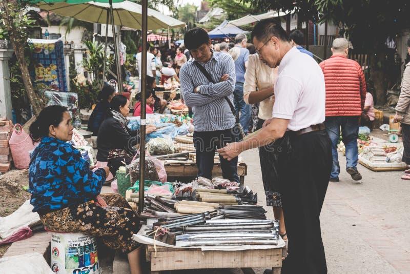 Lokalna Laotian wzgórza plemienia kobieta sprzedaje artykuł przy dziennym ranku rynkiem w Luang Prabang, Laos na 13th LISTOPADZIE fotografia royalty free
