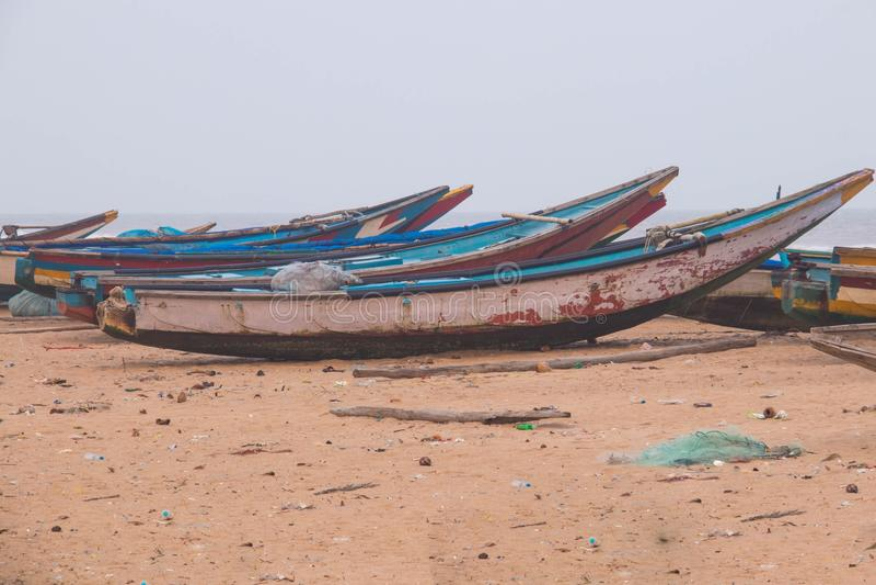 Lokalne łodzie parkuje przy nabrzeżnym plażowym Mangalore terenem obraz stock