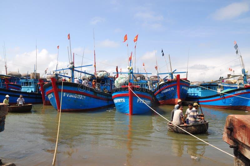 Lokalne łodzie rybackie cumują w Tuy Hoa porcie morskim obraz stock