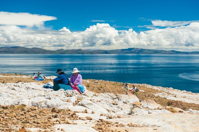 Lokalne kobiety na wyspie słońce na Titicaca jeziorze, Boliwia zdjęcia stock