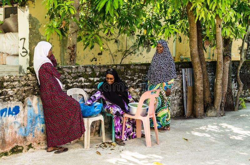 Lokalne kobiety w jaskrawym obywatelu odziewają na ulicie mała tropikalna wyspa Kuda Huraa wyspa, Maldives zdjęcie royalty free