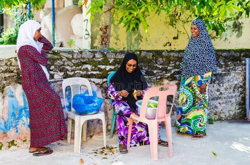 Lokalne kobiety w jaskrawym obywatelu odziewają na ulicie mała tropikalna wyspa Kuda Huraa wyspa, Maldives obraz stock