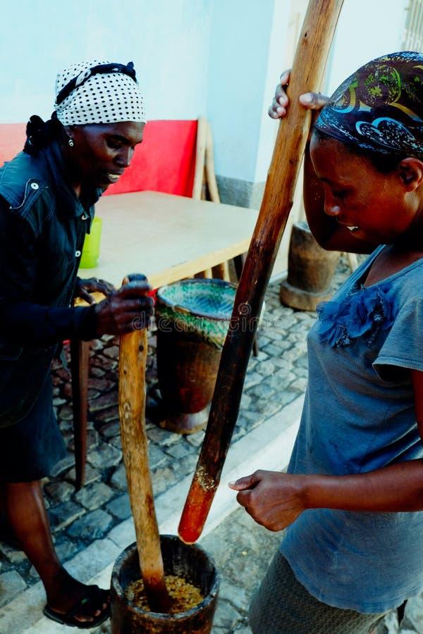 lokalnej kobiety szlifierska kukurudza na tradycyjnym sposobie fotografia royalty free