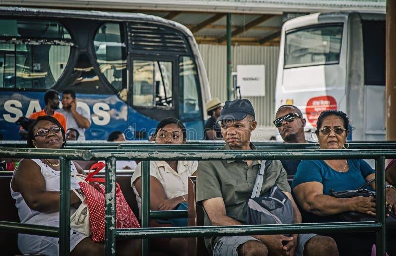 Lokalni creole ludzie na przystanku autobusowym zdjęcia royalty free
