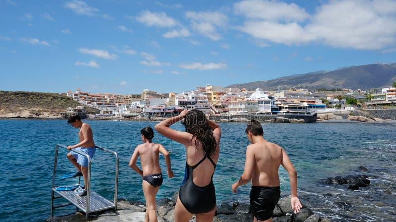 Lokalni i turystyczni dzieci pływa w losie angeles Caleta, Costa Adeje, Tenerife, wyspy kanaryjskie, Hiszpania obrazy royalty free