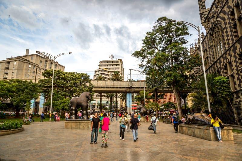 LOKALNI ludzie chodzi wokoło w centrum Medellin w Kolumbia, Ameryka Południowa MEDELLIN KOLUMBIA, Wrzesień - 20 2013 - obrazy stock