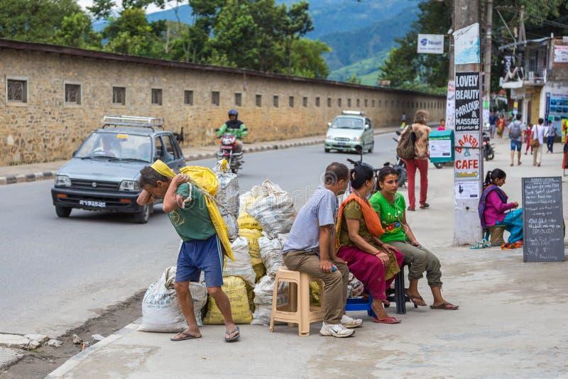Lokalni ludzie na ulicie Pokhara obraz stock