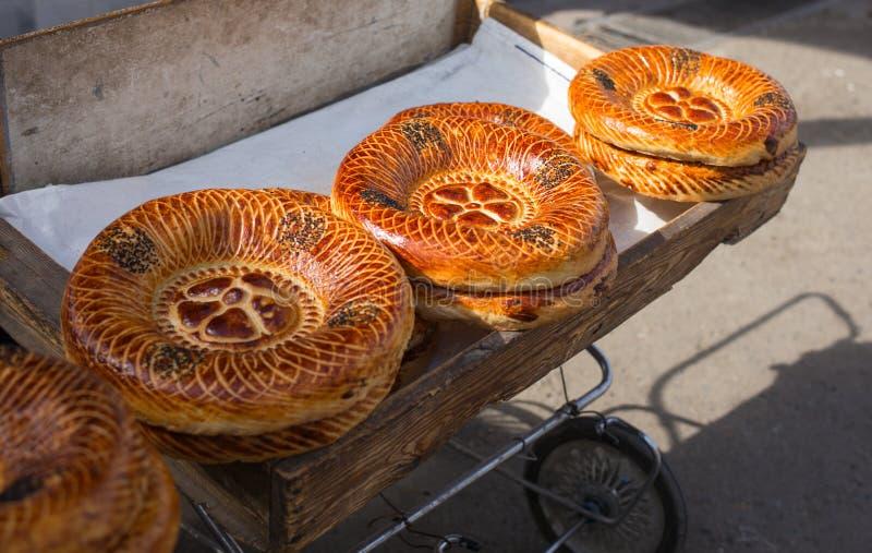Lokalni ludzie sprzedaje Naan chleb w rynku fotografia stock