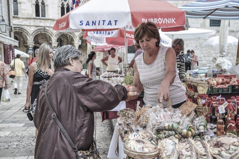 Lokalni ludzie sprzedaje przy rynkiem otwartym w starym miasteczku Dubrov obrazy stock