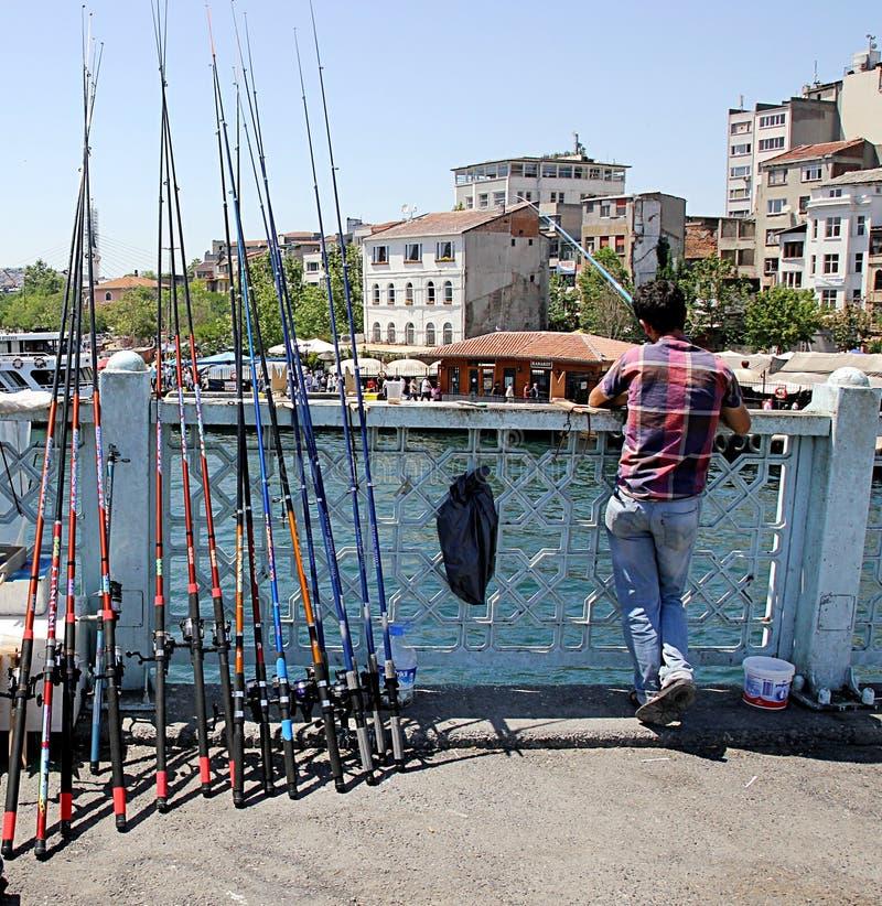 Lokalni rybacy łowi na Galata moście, jeden popularni miejsca odwiedzać w Istanbu zdjęcie stock