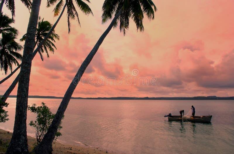 Lokalni rybacy w łodzi, Ofu wyspa, Tonga fotografia stock