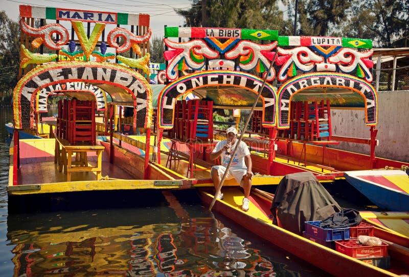 Lokalny Łódkowaty kierowca Bierze odpoczynek na jego gondoli w Xochimilco Meksyk obrazy royalty free