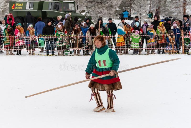 Lokalny aborygen - uczestnik w rywalizacji tradycyjne jelenie rasy w krajowym kostiumu, obrazy stock