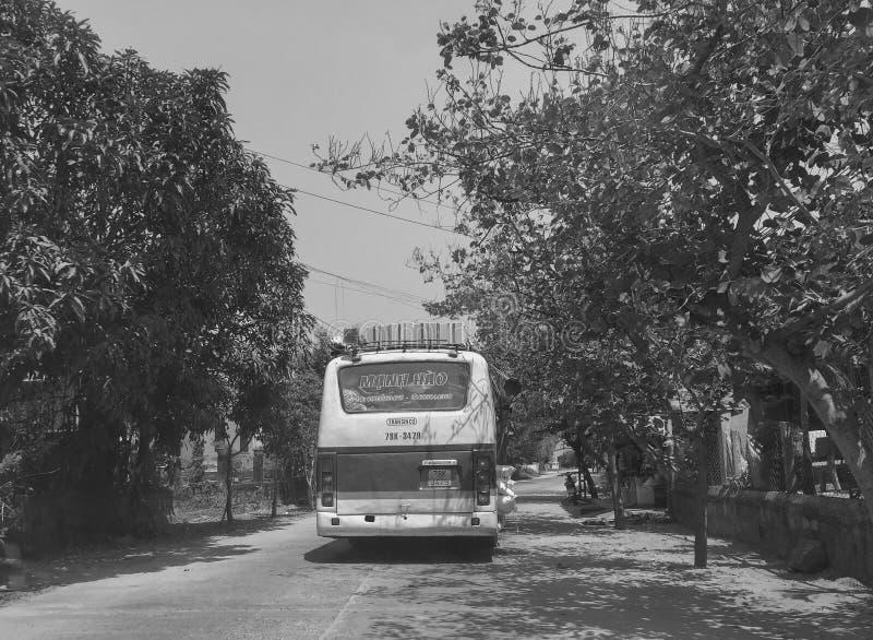 Lokalny autobus na wiejskiej drodze w Phu jenie, Wietnam zdjęcie royalty free