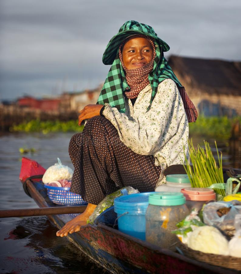 Lokalny Kambodżański sprzedawca w spławowej wiosce obraz royalty free