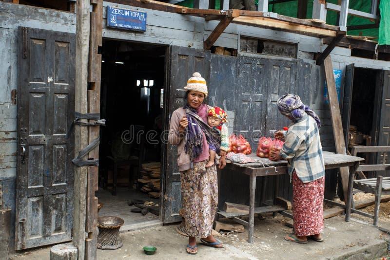 Lokalny kobiety mienia dziecko w podbródka stanie, Myanmar fotografia royalty free