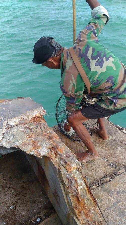 Lokalny mężczyzna galaretowej ryba połów w morzu, Haad Maerumphueng obrazy royalty free