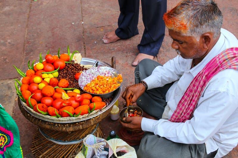 Lokalny mężczyzna sprzedawania jedzenie w podwórzu Jama Masjid w Fatehp zdjęcia royalty free