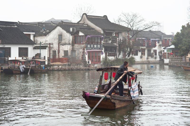 Lokalny mężczyzna wioślarstwo wzdłuż kanału w Zhujiajiao wody miasteczku, Szanghaj, Chiny obrazy royalty free