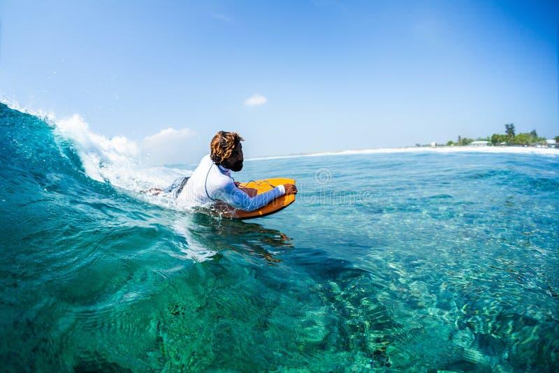 Lokalny maldivian surfingowiec zdjęcie stock