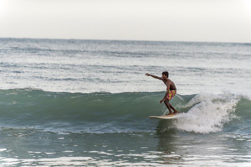 Lokalny surfingowiec jedzie fala w Sri Lanka obraz royalty free