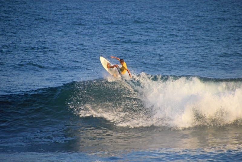 Lokalny surfingowiec w fala, El Zonte plaża, Salwador obraz royalty free