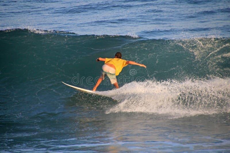 Lokalny surfingowiec w fala, El Zonte plaża, Salwador zdjęcia royalty free