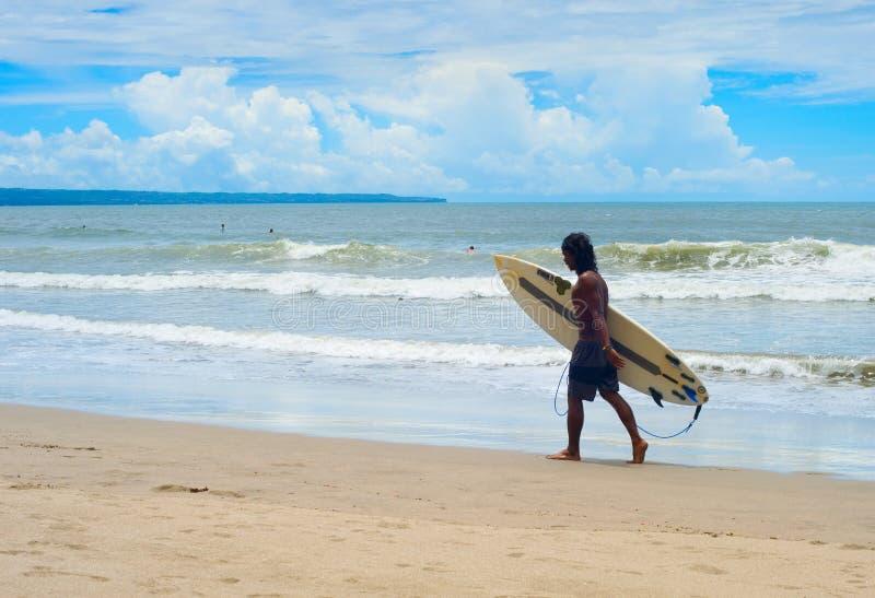 Lokalny surfingowiec z surfboard, Bali fotografia stock