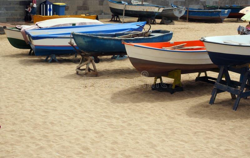 Lokalnych łodzi rybackich Playa De Las Canteras Uroczysty plażowy kanarek Jest zdjęcia stock