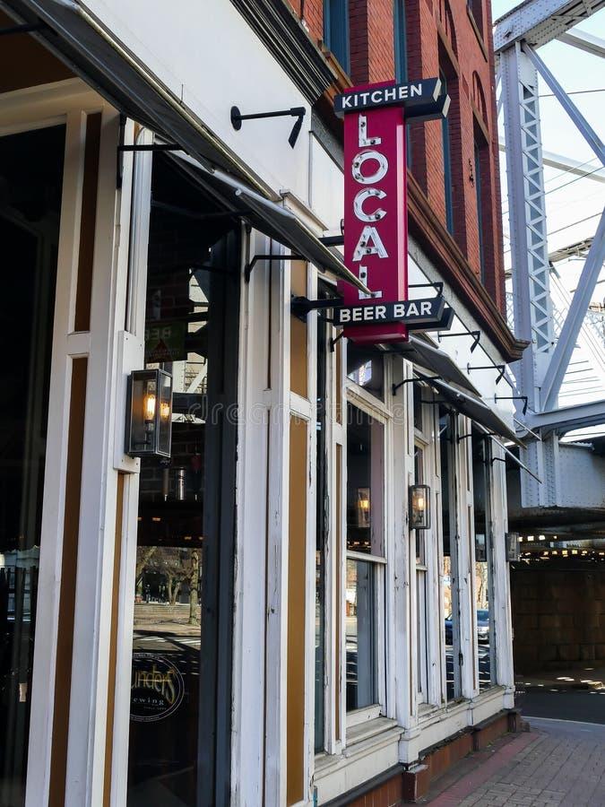 Lokalt öl-, stång- och köktecken på Washington St i Norwalk royaltyfria foton