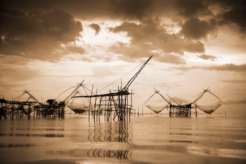 Lokalt fiska hjälpmedel för gammalt foto i varm tappningstil för sepia, Thailand arkivfoto