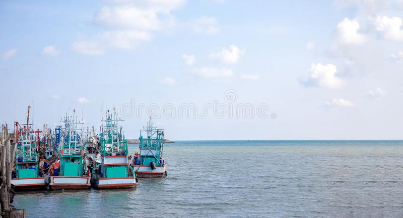lokalt fiskarefartyg på kusten för åkerbruk bransch för sefood fotografering för bildbyråer
