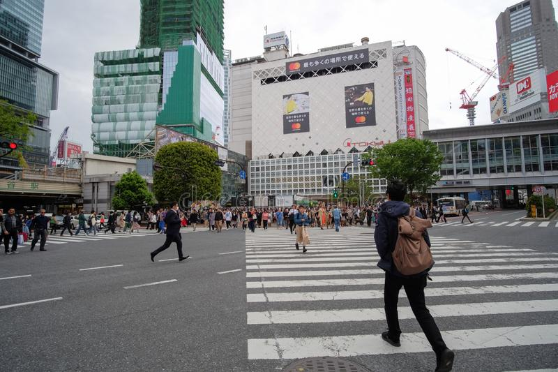 Lokalt folk och handelsresande som g?r och shoppar p? den Takeshita gatan i Harajuku, gr?nsm?rke och popul?rt f?r turist- dragnin royaltyfria foton