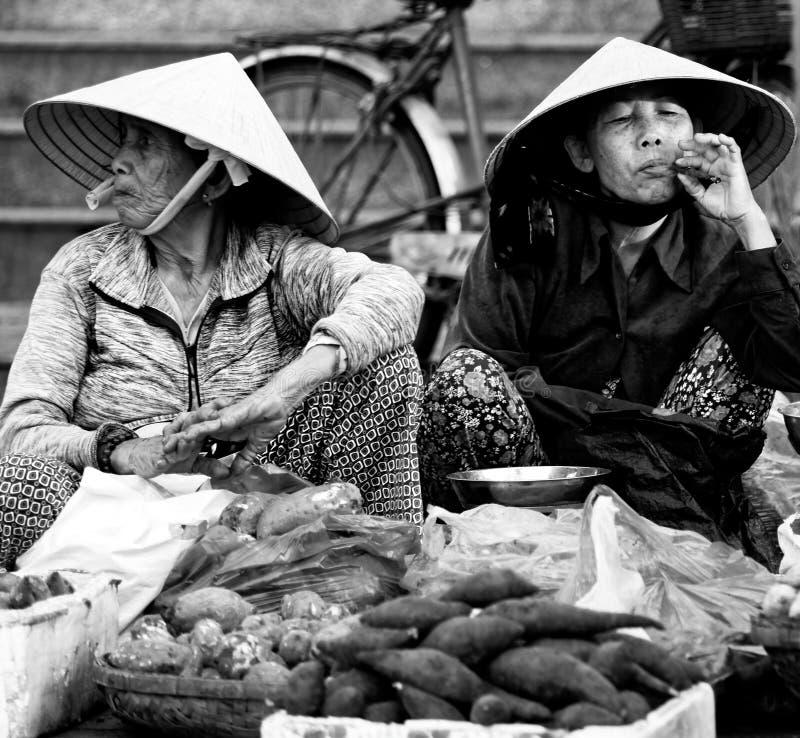 Lokalt folk på marknaden i Hoi An royaltyfri fotografi