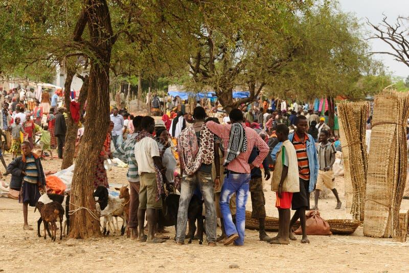 Lokalt folk på marknaden i staden av Konso, Etiopien arkivbild
