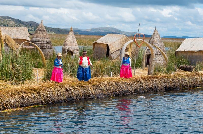 Lokalt folk på Uros öar på sjön Titicaca peru arkivbild