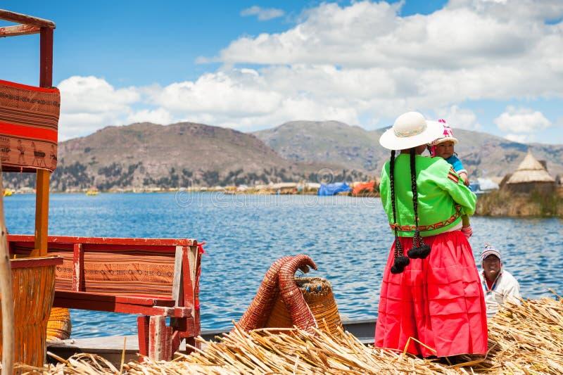 Lokalt folk på Uros som svävar öar på Titicaca sjön i Peru royaltyfri fotografi