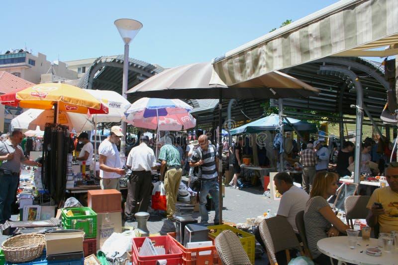 Lokalt folk som äter i loppmarknadgrannskapen av gamla Jaffa, Tel Aviv, Israel royaltyfri bild