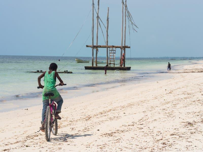 Lokalt folk som cyklar i Zanzibar royaltyfri bild