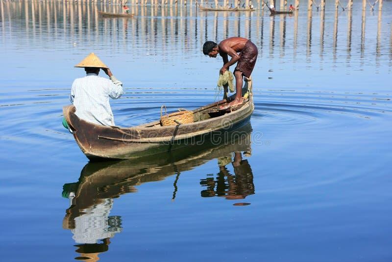 Lokalt folk som fiskar från ett fartyg nära bron för U Bein, Amarapura, fotografering för bildbyråer