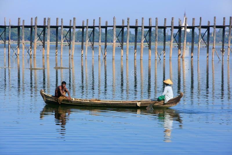 Lokalt folk som fiskar från ett fartyg nära bron för U Bein, Amarapura, royaltyfri fotografi