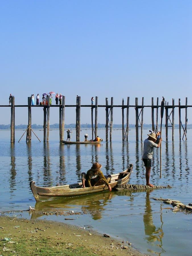 Lokalt folk som fiskar från ett fartyg nära bron för U Bein, Amarapura, royaltyfria bilder