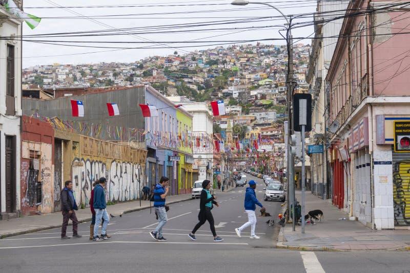 Lokalt folk som går på en gata i Valparaiso royaltyfri bild