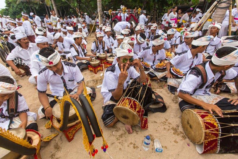 Lokalt folk under den ceremoniMelasti ritualen royaltyfri fotografi