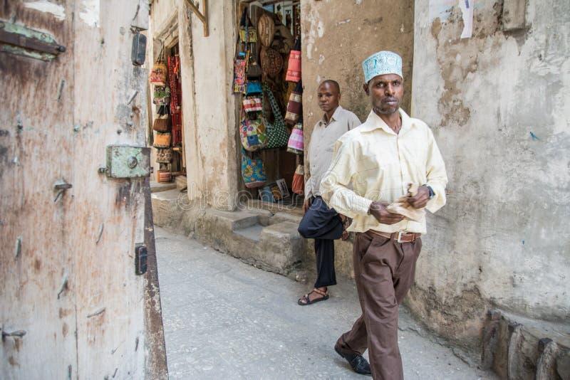 lokalt liv Lokala män StenTown, Zanzibar tanzania fotografering för bildbyråer