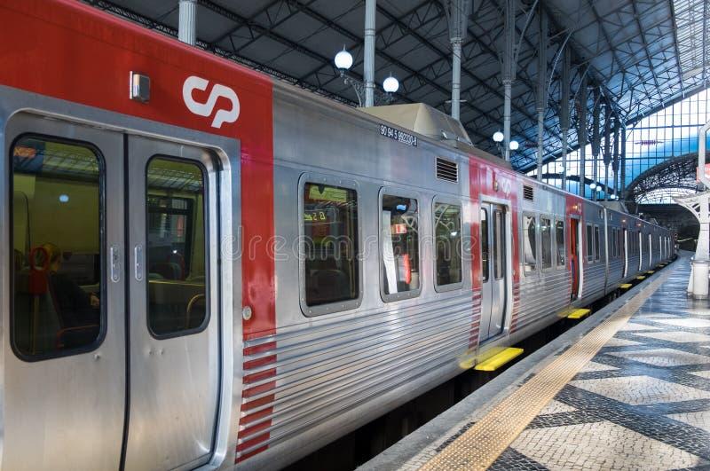 Lokalt rött drev på den Rossio järnvägsstationen lisbon portugal fotografering för bildbyråer