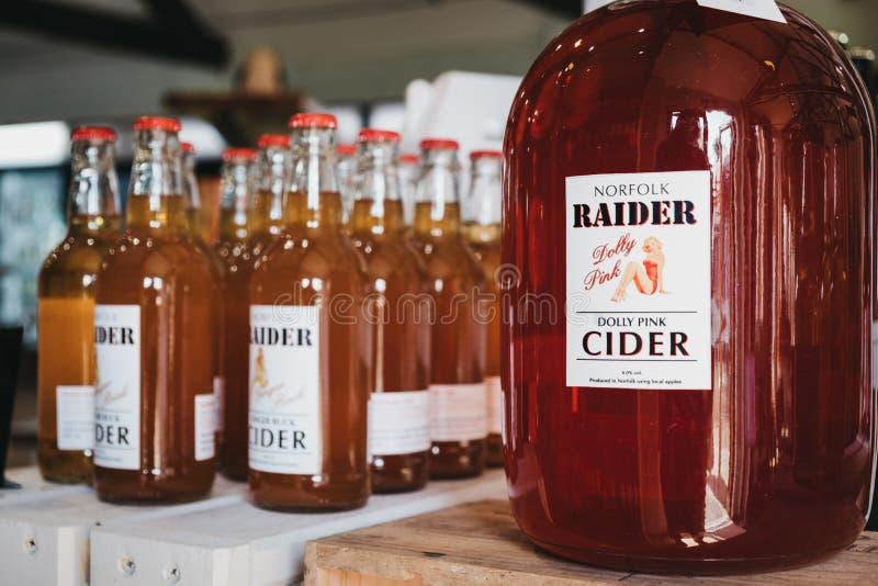 Lokalt tillverkad cider av Norfolk Raider som säljs i Courtyard-landsgalleriet i Elveden, Thetford, Förenade kungariket fotografering för bildbyråer