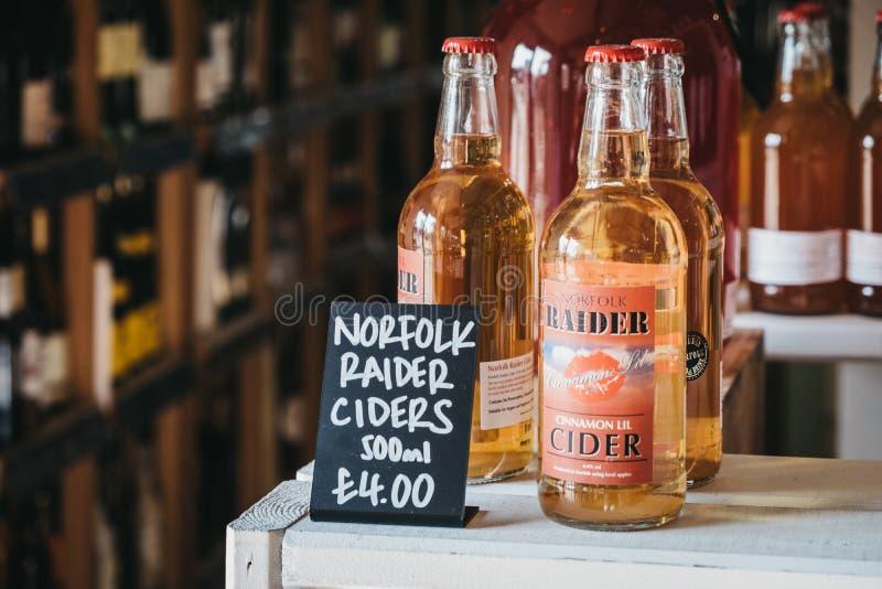 Lokalt tillverkad cider av Norfolk Raider som säljs i Courtyard-landsgalleriet i Elveden, Thetford, Förenade kungariket royaltyfri foto