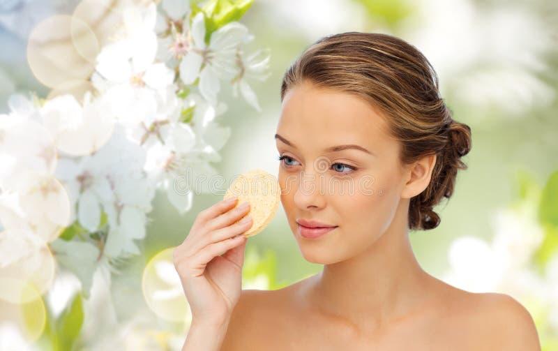 Lokalvårdframsida för ung kvinna med den exfoliating svampen arkivbild