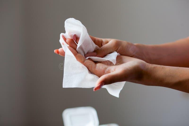 Lokalvårdhänder och fingrar med våta wipes arkivfoton